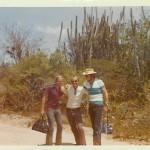 Ostern 1972 in Puerto Cabello-Venezuela. Sonnenbrand, oh Sonnenbrand. Deswegen stehen wir auch so verbogen vor den riesigen Kakteen im Hintergrund. (Marie Reith 1972)