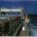Ein Blick über die Bargen und den Portalkran nach achteraus.