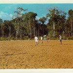 Ein Fußballspiel im brasilianischen Dschungel? Der Platz war mit Sägemehl aufgeschüttet. (C)  f.s.