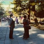 Eine japanische Familie. Die Dame in traditioneller Bekleidung