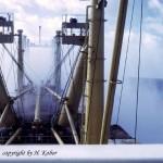 Das Spritzwasser hüllt das Vorschiff für Sekunden in einen Mantel aus Salzwasserdunst.  (C) H. Kobor