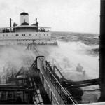 """""""Esso Berlin"""" 1967, es scheint etwas ungemütlich zu werden. Rasmus schickt sich an die Gurkenallee zum Achterschiff zu überspülen. (C) ha."""